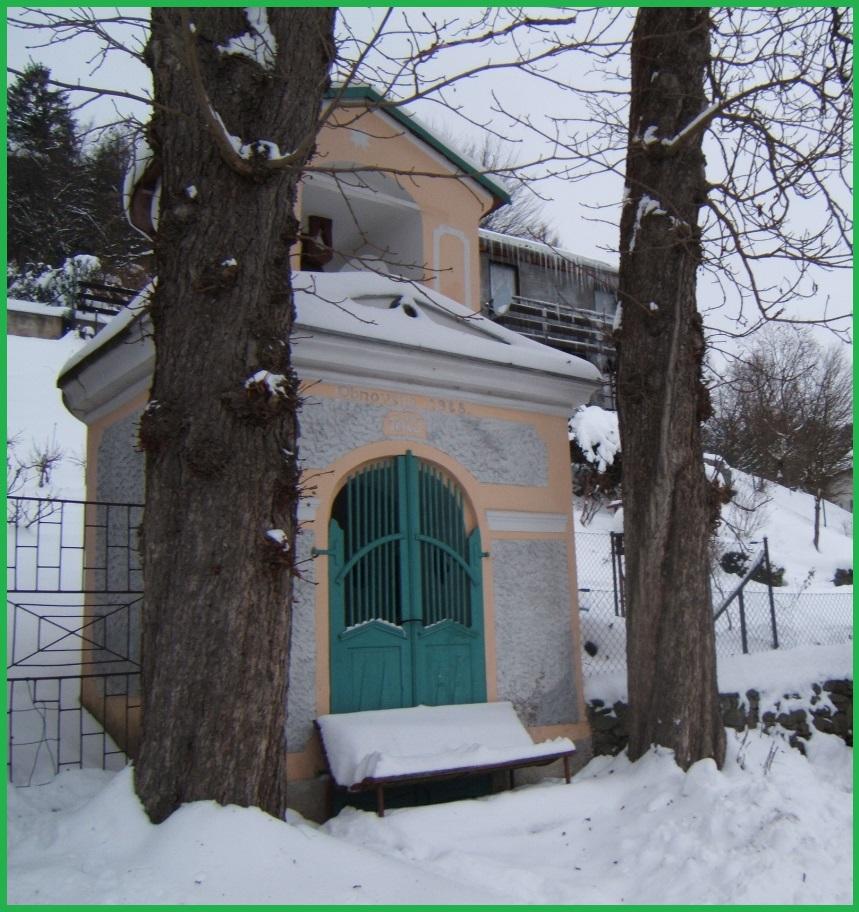 kaplička v zimě